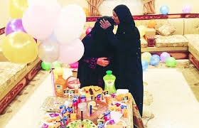 Saudi family bids farewell to housemaid with gold, roses