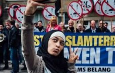 'Peace Selfie' In Front Of Anti-Muslim Protesters